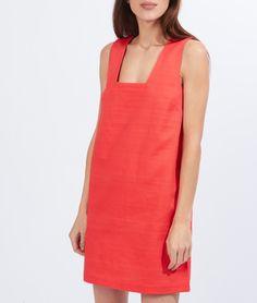 Mariage, baptême ou remise de diplôme, mettez vous sur votre 31 dans cette robe texturée qui dévoile un joli décolleté au dos!   - Robe  - Matière texturée  - Décolleté dos  - Nœud dos  - Le mannequin mesure 173cm et porte une taille S/36