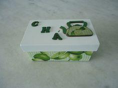 Caixa de chá branca e verde com duas divisórias , detalhe de bule. www.elo7.com.br/esterartes