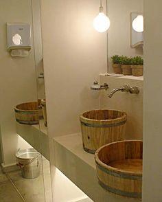 . No Banheiro Público Feminino, as cabines foram isoladas com paredes de vidro da Vidrotil e as cubas deram lugar para tinas de madeira da Roca. +