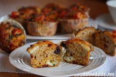 Hei dere! Håper dere har en fin uke, enten dere nyter noen rolige vinterferiedager som meg eller har vanlige ukedager. Her har dere oppskriften jeg tipset om i helgen i min spalte på Godt.no og VG søndagsavis. Muffins trenger slett ikke å være søte og syndige. Dette erkjempegode matmuffins, som inneholder grovt mel og som likevel blir veldig myke og luftige i konsistensen. Muffinsene smaker fantastisk godt, og er stappfulle av godsaker: Brie, cheddar, soltørkede tomater, oliven, crème…
