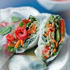 Wegańskie spring rolls z awokado, warzywami, rukolą i makaronem   Kwestia Smaku