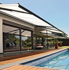 Het balkon of het terras moet ruimte bieden voor vrijetijdsactiviteiten en ontspanning – de behoefte aan afbakening en privacy speelt daarbij eveneens een rol. STOBAG zonweringssystemen worden individueel geproduceerd. Onze zon-, wind- en regenoplossingen voor huis en tuin zijn een veilige bescherming tegen nagenoeg alle weersinvloeden. Afhankelijk van het type zonnescherm bieden ze ook bescherming tegen regen, wind en ongewenste blikken