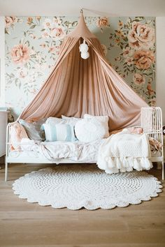 girl room, canopy bed