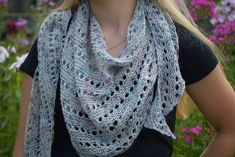 Ravelry: Speckle Shawl pattern by Undeniable Glitter- Alyssa Shawl Patterns, Knitting Patterns, Crochet Patterns, Knitting Ideas, Knitted Shawls, Crochet Scarves, Crochet Crafts, Knit Crochet, Loom Knit