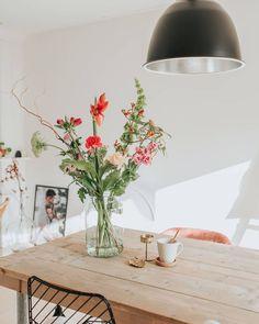 Each week we design a surprising bouquet for each of our 3 sizes. Flower Vases, Flower Arrangements, Interior Plants, Interior Design, Minimal Kitchen Design, New Kitchen Doors, Sweet Home, Home Grown Vegetables, Ceramic Flowers