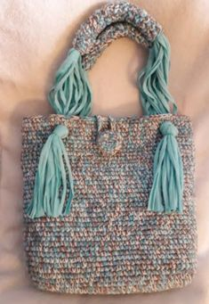 Knitting Patterns Women Different bag handle Image only of crochet purse with leather strap and fringe. This Pin was discovered by fai Great way to do the shoulder strap Crochet Handbags, Crochet Purses, Crochet Shell Stitch, Crochet Lace, Crochet Stitches Patterns, Knitting Patterns, Loom Knitting, Tshirt Garn, Purse Strap