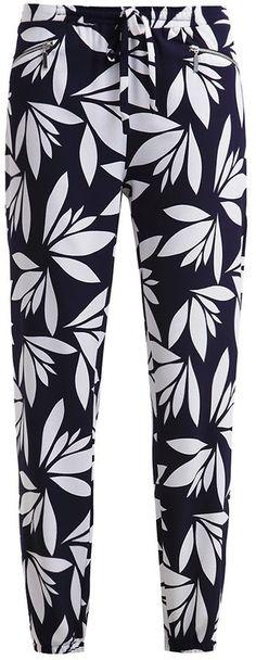 Pin for Later: Gebt bei diesem Wetter euren Jeans eine Auszeit  Dorothy Perkins Stoffhose in dunkelblau mit Blätter-Druck (35 €)