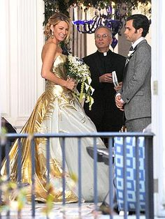 FIRST LOOK: Blushing bride Blake Lively unveils stunning gold wedding gown (but she's just shooting scenes for Gossip Girl) Gossip Girl Blair, Gossip Girls, Festa Gossip Girl, Gossip Girl Scenes, Gossip Girl Season 6, Moda Gossip Girl, Gossip Girl Serena, Blake Lively Wedding Dress, Ugly Wedding Dress