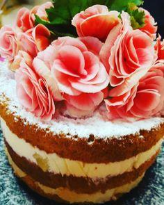 Naked cake abacaxi com beijinho de coco cremoso coberto com flores ❤