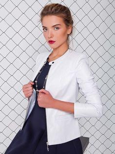 Lekka kurtka z eko-skóry z funkcjonalnymi kieszeniami.Zamek błyskawiczny z białego metalu.Latwo kombinuje się z spódnicami i spodniami, uzupełnia wszystkie suknie tego sezonu.
