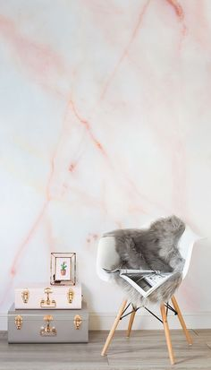 Love these strawberry milkshake hues! This faux marble wallpaper design combines beautiful pastel pink hues with the complex and mesmerising texture of marble. #bedroomdesign
