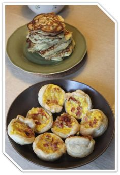 12 små tærter med løg og bacon – lette og luftige oglige til at hapse til en drink. Eller til når studenterne kommer rundt? Sammen med noget mere substantielt, der kan opsuge de rigelige mæn…