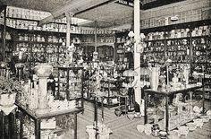 """Interior do """"Bazar América"""", loja que vendia artigos para presentes, cristais, porcelanas e """"christofles"""", i.e., finas peças de prata fornecidas pelo fabricante homônimo baseado na França. A loja era de propriedade dos senhores Baptista e Fonseca. Rio de Janeiro, 1918."""