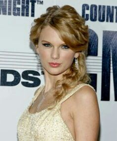 Taylor's cute and curly hair style