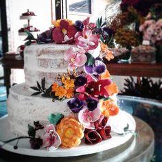 Regram da querida @paulafortunarj com o nosso bolo semi naked coberto de butter cream e cheio de flores de açúcar!!! Encomendas em: contato@casalgarciabolos.com.br by casalgarciabolos