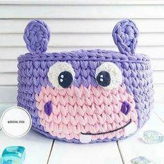 cesta de croche com fio de malha infantil - enxoval - DIY - artesanato - crochet basket for kids Crochet Bowl, Love Crochet, Crochet Yarn, Crochet Hooks, Crochet Crafts, Yarn Crafts, Crochet Projects, Yarn Projects, Crochet Motifs