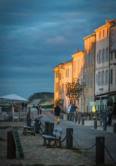 Let the partiers keep the Riviera. Just a few hundred miles to the west sits the alluring little island of Île de Ré, and its unspoiled pastures and vineyards.