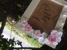クレイアートのフォトフレームです*ピンクの薔薇と白の葉っぱで少しキレイめにしてみました。パールのビーズとクリアのキラキラのストーンもプラスして少しプリンセス感...|ハンドメイド、手作り、手仕事品の通販・販売・購入ならCreema。