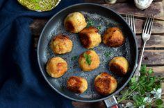 Kotlety ziemniaczane z serem, bardzo dobry obiad nie tylko dla wegetarian. Masa wykonana jest podobnie jak farsz do ruskich pierogów.