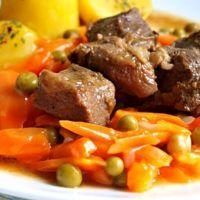 Recept : Vepřové kostky na česneku, dušená mrkev s hráškem, brambor | ReceptyOnLine.cz - kuchařka, recepty a inspirace Pot Roast, Beef, Ethnic Recipes, Carne Asada, Meat, Roast Beef, Steak