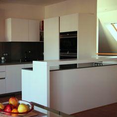 Najkrajší a zároveň najväčší kontrast je medzi bielou a čiernou. Čo poviete? Kitchen Island, Home Decor, Interior Design, Home Interiors, Decoration Home, Island Kitchen, Interior Decorating, Home Improvement