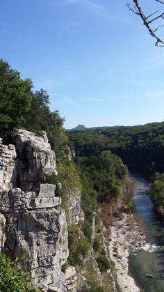 Les jardins suspendus du village de caractère de Labeaume en Sud Ardèche. Vue sur le rocher de Sampzon. #paysruomsois #ardeche Plus d'infos sur www.otruoms.com