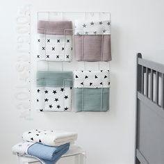 Deze deken heeft aan de ene zijde een wafelstructuur en aan de andere zijde een zachte off white joggingsstof ;met grijze sterren ;en is dus aan beide zijden te gebruiken.Je kunt kiezen uit vijf verschillende kleuren wafeldoek.De ;wafelstof is 100% katoen en de joggingstof is 80% ;katoen ;en 20% polyester.De ledikantdekens hebben een meerpijs van ;€ ;20,-alle dekens worden met de hand gemaakt, waardoor je rekening moet houden met een ;Levertijd van maximaal 2 weken