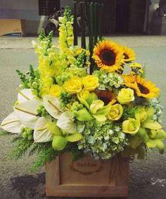 Large Flower Arrangements, Table Arrangements, Fresh Flowers, Beautiful Flowers, Hand Bouquet, Table Flowers, My Flower, Flower Decorations, Simple Designs