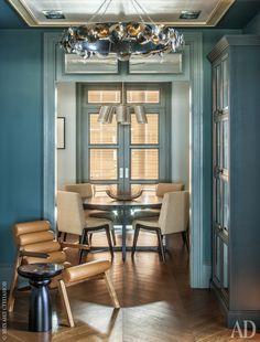 Прихожая. Кресло Easy по дизайну Клаудии Мело. Журнальный столик Thea, HCH. Люстра Eucalyptus, Ochre. Это одна из осей в квартире: из кухни через столовую и прихожую в детскую. Дверные проемы с остекленными фрамугами позволяют солнечному свету проникать и в прихожую.