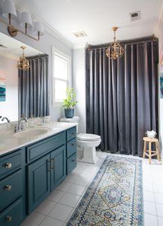 Budget makeover of a bathroom - painted cabinets bathroom makeover HomeImprovement DreamHome BathroomMakeover 231302130849286094 Upstairs Bathrooms, Master Bathroom, Small Bathroom Paint, Basement Bathroom, Bathroom Shelves, Washroom, Modern Bathroom Design, Bathroom Interior, Painting Bathroom Cabinets
