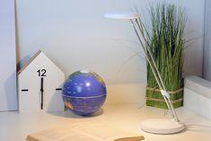 Lampka przeznaczona jest do oświetlenia biurka podczas pracy lub odrabiania lekcji przez dziecko. Lampka składa się z dwóch białych dysków: jeden z nich stanowi podstawę z włącznikiem, a drugi stanowi klosz ze źródłem światła. Lampka jest w pełni regulowana: na wysokości i kierunku świecenia. Pvc, Outre, Vase, Direction, Home Decor, Desk Lamp, Products, Modern, Decoration Home