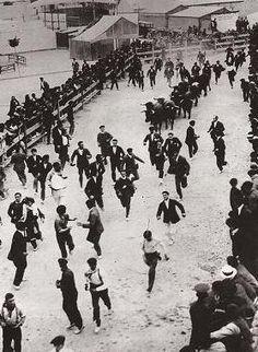 Fotos antiguas de los encierros de San Fermín - Últimos metros de carrera antes de entrar en la plaza #Pamplona #Sanfermines