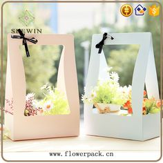 Clever way to give a little something Flower Box Gift, Flower Holder, Flower Boxes, Flower Packaging, Gift Packaging, Packaging Ideas, Dried Flowers, Paper Flowers, Wrapping Gift