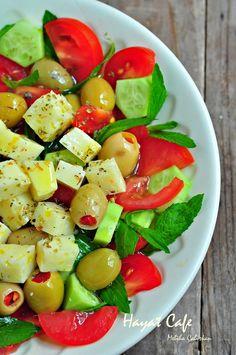 Peynirli Salata – Pratik yemekler – The Most Practical and Easy Recipes Fruit Salad, Cobb Salad, Turkish Salad, Turkish Breakfast, Turkish Kitchen, Cheese Salad, Snacks Für Party, Healthy Salads, Tasty Dishes