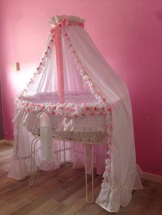 Zelfgemaakte wieg bekleding Baby Dolls, Baby Doll Bed, Girl Nursery, Girl Room, Nursery Room, Baby Cradle Swing, Baby Clothes Blanket, Baby Planning, Childrens Room Decor