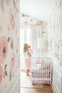 Marvelous kinderzimmer idee rosa sessel und viele spielzeuge im babyzimmer kuscheltiere und wanddeko bilder Tolle Kinderzimmer Designs Pinterest