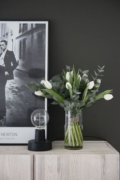 Spring Flower Arrangements, Flower Vases, Spring Flowers, Floral Arrangements, Spring Decoration, Deco Floral, White Tulips, Deco Table, Elle Decor