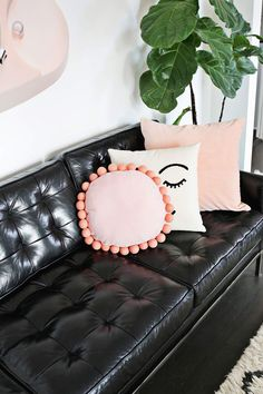 Sewing Pillows Round felt ball pillow DIY - Pillows are one of my great home décor loves. They are fun to make, and just changing the. Diy Throw Pillows, Cute Pillows, Sewing Pillows, Boho Pillows, Ideas Decorar Habitacion, Rustic Decorative Pillows, Handmade Pillows, Felt Pillow, Diy Accessoires