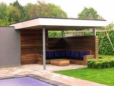Nova Concepts | Moderne terrasoverkapping uitgevoerd in Padoek en Trespa. Onder de luifel is een zithoek geplaatst volledig op maat.