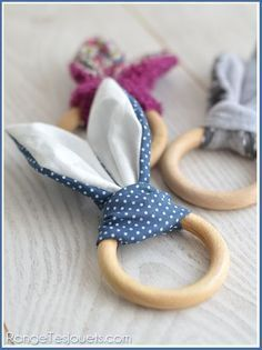(hochet-lapin-patron-gratuit) this is supposed to be something for a baby, but to me looks like bunny napkin rings Sewing For Kids, Baby Sewing, Diy For Kids, Baby Crafts, Easter Crafts, Diy And Crafts, Easter Ideas, Baby Couture, Couture Sewing