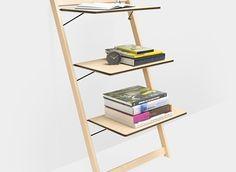 iLean Shelf. Sullo store del Moma è disponibile l'iLean Shelf, lo scaffale che si appoggia alla parete realizzato da Michael Suman and Lynn Smith. Semplice e funzionale, subito pronto per l'uso, è l'ideale sia per la casa che per l'ufficio, sia per l'interno che per l'esterno. iLean è in legno d'acero e le tre mensole, regolabili, sono sostenute da cavi in acciaio.