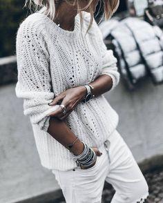 Un look blanc mis en valeur par une accumulation de bijoux
