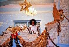 http://aravindb1982.hubpages.com/hub/A-memorable-Christmas-morning-darshan-of-Bhagawan-Sri-Sathya-Sai-Baba-silver-door-balcony-Puttaparthi