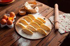 Estas empanadillas dulces de manzana y canela son un postre o merienda fácil y rápido. Aprende a hacer empanadillas dulces paso a paso.