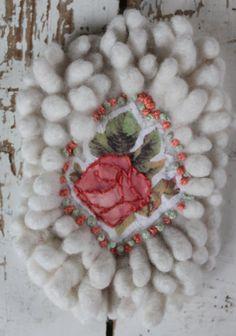 Romantische broche, witte nopjes vilt, geborduurd, roze roos