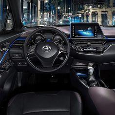 """Toyota C-HR 2017 Esse é o sofisticado interior do novo SUV compacto da Toyota que vem brigar no Brasil com Honda HR-V e Jeep Renegade. A cabine do carro tem o conceito 'Sensual Tech' combinando tecnologia com estilo fashion num painel que envolve o motorista. A parte central é dominada por uma tela touch de 8"""". Um aplique azul faz o contorno de ponta a ponta mesclado com black piano e couro nas portas. As versões top de linha terão com bancos aquecíveis assistente de estacionamento e…"""