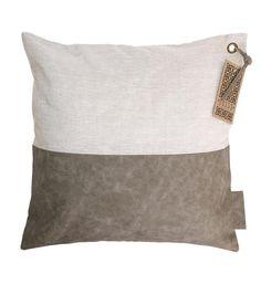 Zusss kussen van linnen met leer in de kleur nat zand. Kussen met een stoere uitstraling. Inclusief binnenkussen. Afmeting: 45x45cm.
