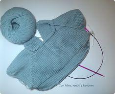 Con hilos, lanas y botones: DIY cómo hacer una chaqueta de punto para bebé paso a paso (patrón gratis) Knitting For Kids, Knitting For Beginners, Baby Knitting, Crochet Baby, Knit Crochet, Baby Cardigan Knitting Pattern, Knitted Baby Cardigan, Knitted Cape, Baby Coat