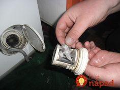 Opravár práčok uvádza, že najčastejšou príčinou problémov s práčkou je usadená vrstva vodného kameňa a nečistôt na ohrievacom telese.