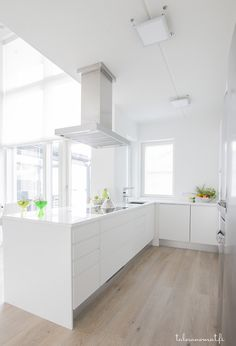 Valkoinen keittiö, jossa myös liesituuletin on valkoinen ((love these floors)) Kitchen Interior, New Kitchen, Interior Design Living Room, Kitchen Decor, Interior Decorating, Kitchen White, Small Room Bedroom, Cuisines Design, Modern Kitchen Design